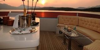 رحلة عشاء وحفلة فى مركب بحري